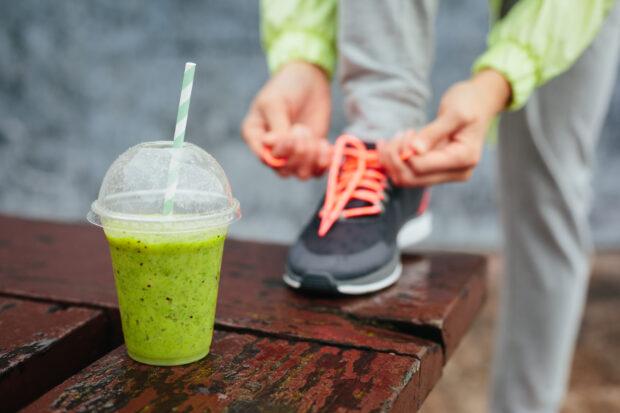 Green detox smoothie zielony detox oczyszczanie czystek pokrzywa naturalne polskie zioła. Fitness and healthy lifestyle concept.